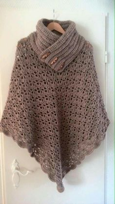 Poncho from CCC - poncho with moss stitch with a pocket on front. Poncho Pattern: Chain the chains with a slip SC, increase on every Shawl Crochet, Crochet Shawls And Wraps, Knitted Poncho, Crochet Scarves, Crochet Clothes, Crochet Stitches, Crochet Woman, Love Crochet