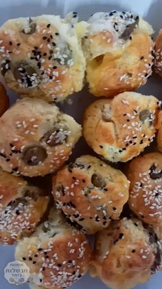 Bagels are a symbol of Jewish cuisine. These will take your Sunday brunch to the next level! Pastry Recipes, Baking Recipes, Snack Recipes, Baking Ideas, Brunch Outfit, No Carb Bread, Homemade Bagels, Israeli Food, Bread And Pastries