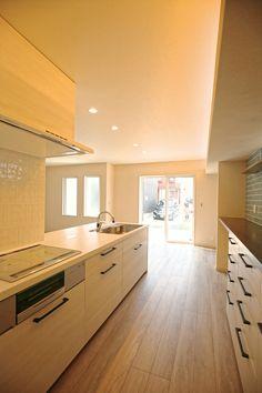 袖壁のあるペニンシュラタイプのキッチンは奥様のご要望です。背面収納はシステム収納の造作カウンターの組合せ。|キッチン|カウンター|壁面収納|造作家具|自然素材|白いキッチン|