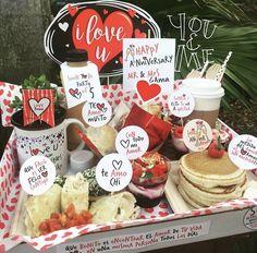 Breakfast Basket, Cute Boyfriend Gifts, Love Scrapbook, Gift Bouquet, Birthday Breakfast, Chocolate Bouquet, Ideas Para Fiestas, Gift Hampers, Creative Gifts