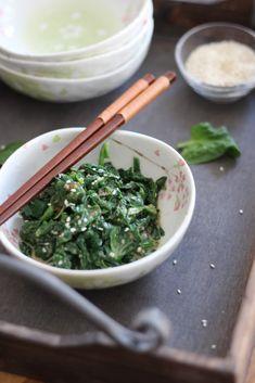 Ich liebe Spinat genauso wie japanisches Essen … Der Salat ist ultra lecker und super einfach vorzubereiten :) Goma Ae ist eine japanische Sesamsoße die man entweder mit Spinat oder mit Algen…