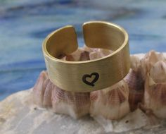 Band ring brass personalized with hearts stamped wish text Hand Gestempelt, Messing, Dog Bowls, Cuff Bracelets, Etsy, Jewelry, Personalised Jewellery, Ideas For Gifts, Gifts For Women