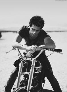 Teen wolf there's stiles he's so cute on a bike Scott Mccall, Channing Tatum, Meninos Teen Wolf, Teen Wolf Dylan, Teen Wolf Stiles, O Brian, Raining Men, Maze Runner, Belle Photo