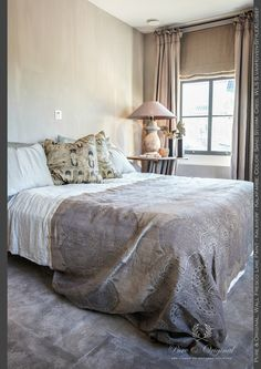 Who wants yo sleep here? You want to stay awake to enjoy this bedroom. On the wall the Fresco Lime Paint / Kalkverf in the color Sand Storm from Pure & Original. Lime Paint, Bedroom Paint Colors, Cool Beds, Fresco, Colorful Interiors, Master Bedroom, Pure Products, Interior Design, The Originals