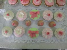 Cupcakes e cakepops vintage românticos em tons de rosa e verde