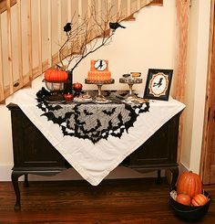 Fim de outubro chegando, momento perfeito pra se inspirar e começar a planejar a decor da festa de Halloween… Com uma decoração criativa e detalhista, muitas guloseimas personalizadas e um divertido clima de dia das bruxas, esta festa promete agradar muito a criançada!  mesadobolo