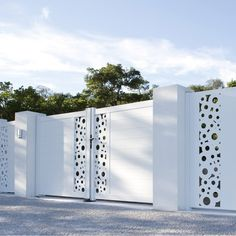 Pose d'un portail battant est sur LeroyMerlin.fr. Faites le bon choix en retrouvant tous les avantages produits de Pose d'un portail battant Grill Gate Design, House Main Gates Design, Steel Gate Design, Front Gate Design, Door Gate Design, Garage Door Design, Gate House, House Front Door, Front Gates