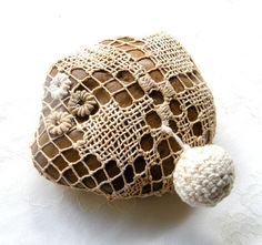 Lace, crochet stone - Nature decorated river pebble stone, covered with vintage filet lace, embroidery flowers, all hand made. Diy Embroidery Designs, Vintage Embroidery, Machine Embroidery, Lace Embroidery, Stone Crafts, Rock Crafts, Yarn Crafts, Crochet Stone, Crochet Ball