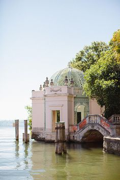 Take a look at this gorgeous elopement wedding in Miami by Elaine Palladino Photography, with a beautiful backdrop of the Vizcaya Gardens and Museum Florida Wedding Venues, Miami Wedding, Elope Wedding, Wedding Locations, Wedding Blog, Wedding Story, Vizcaya Wedding, Wedding Destinations, Elopement Wedding
