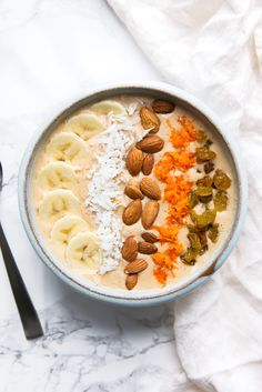 A Carrot Cake Smoothie Bowl that tastes just like a slice of carrot cake! I can finally have my cake and eat it too. Breakfast Smoothies, Breakfast Bowls, Healthy Smoothies, Smoothie Recipes, Breakfast Recipes, Carrot Cake Smoothie, Smoothie Bowl, Broma Bakery, Clean Eating