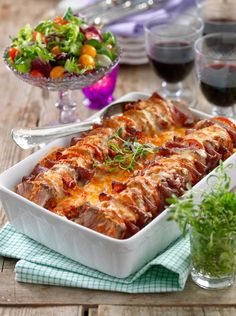 Pork fillet, sliced tomatoes and salami gratin. Pork Recipes, New Recipes, Dinner Recipes, Cooking Recipes, Favorite Recipes, Recipies, Amazing Recipes, 300 Calorie Lunches, Pork Fillet