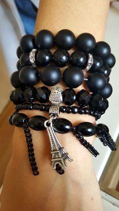 All black! Lindo mix de pulseiras, feito de pedras onix, vidro e cristal.
