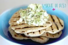 schiacciatine integrali allo yogurt con feta e avocado