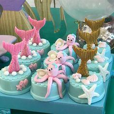 The video consists of 23 Christmas craft ideas. Mermaid Birthday Cakes, Little Mermaid Birthday, Little Mermaid Parties, Mermaid Cakes, Mini Cakes, Cupcake Cakes, Bolo Laura, Sirenita Cake, Grolet