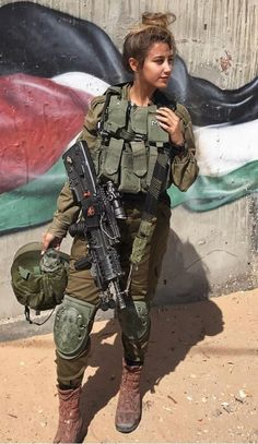 IDF - Israel Defense Forces - Women Shot me and id apologize Idf Women, Military Women, Military Girl, Military Police, Israeli Girls, Brave Women, Warrior Girl, Army Soldier, Girls Uniforms
