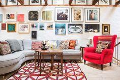 """Fin """"installation"""" med tavlor. Dessutom en snygg soffa och fåtölj. :-)"""