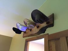 Need ideas on how to store your hats? These most creative hat rack ideas may help you doing your hat organization. Checkout This Hat Racks Lovely Diy Hat Rack Ideas to Make Y…