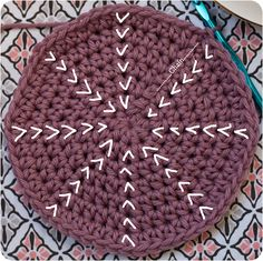 How to Single Crochet Flat Circles in Continuous Rounds - Excellent technique for creating flat, even, single crochet circles. Use a scrap of contrasting yarn to mark the start/end of the rounds. How To Single Crochet Flat Circles In Continuous Rounds Tut Crochet Circle Pattern, Crochet Diagram, Crochet Squares, Crochet Motif, Crochet Stitches, Crochet Patterns, Magic Circle Crochet, Crochet Round, Single Crochet