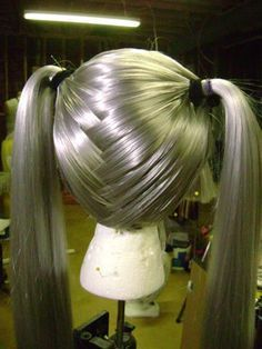 Tutorial to style a non-pigtail wig into a workable pigtail wig, just by criss-crossing the fibers.