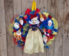 An adorable nursery decor wreath made of feathers and tulle. It's the faitytale of the Snow white and the seven dwarfs. Ideal for nursery decor, baby shower decor or gift, Disney party decor. The Snow White wears a collectible Barbie's Snow White gown.