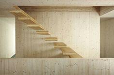 On aime faire plus avec les matériaux utilisés - ici les escaliers sont fait de chutes de bois venant de la coupe des grands panneaux de CLT