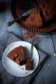 Zuckerfreier Schokoladen-Dattel-Kuchen. Nur mit Apfelmus und Datteln gesüßt!