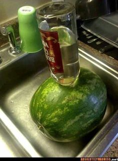 How to Make a Vodka Watermelon. If you're hosting a party, you can wow your guests by serving a refreshing vodka watermelon. Combining a great group snack with a classic party drink, vodka watermelons are a unique, fun treat worth trying. Snacks Für Party, Party Drinks, Cocktail Drinks, Fun Drinks, Beverages, Drunken Watermelon, Spiked Watermelon, Vodka Infused Watermelon, Watermelon Vodka Recipes