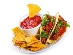 Tacos y nachos con salsa picante