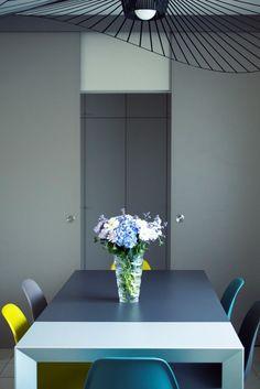 Projet résidentiel avec une table extensible NORI, de Bartoli Design chez Kristalia, avec des rallonges contrastantes.   Architecte : Sophie Nicolas / Photographe : Nathalie Baetens  #projet #design #table #architecture #maison #dharma