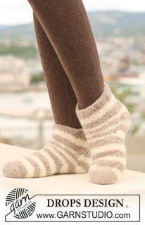 """Zebra Sock - DROPS felted slippers with stripe pattern in """"Eskimo"""". - Free pattern by DROPS Design Knitting Patterns Free, Free Knitting, Knitting Socks, Free Pattern, Drops Design, Magazine Drops, Labor, Knitted Slippers, Stripe Pattern"""