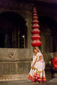 INDIA - Woman elegantly dressed in a saree carrying 8 balanced pottery jars on her head. Woman are always at work in India. In This World, We Are The World, People Around The World, Wonders Of The World, Around The Worlds, Yoga Studio Design, Fotografia Retro, Religions Du Monde, Yoga Inspiration