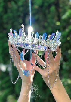 Crystal Crown Tutorial — Firefly Path - Diadem Source by - Cute Jewelry, Hair Jewelry, Jewelry Accessories, Key Jewelry, Dainty Jewelry, Diamond Jewelry, Gold Jewelry, Mermaid Crown, Magical Jewelry