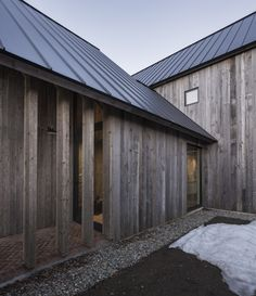 Modern barn style home in Ontario, Canada. Architects: Lee and Macgillivray Architecture Studio (LAMAS) Timber Architecture, Architecture Design, Modern Barn, Modern Farmhouse, Ideas Cabaña, Agricultural Buildings, Timber Cladding, Cladding Ideas, Reclaimed Timber