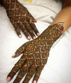 Legs are a very beautiful canvas for showcasing Mehndi. It is a tradition for the Indian bride to apply mehndi both on the hands and the legs. Latest Mehndi Designs, Wedding Henna Designs, Back Hand Mehndi Designs, Mehndi Designs Book, Mehndi Design Pictures, Mehndi Designs For Beginners, Mehndi Designs For Girls, Dulhan Mehndi Designs, Mehndi Designs For Hands