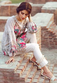 causel dress for party and also for Eid Pakistani Fashion Casual, Pakistani Dresses Casual, Pakistani Wedding Outfits, Pakistani Dress Design, Indian Dresses, Indian Fashion, Pakistani Clothing, Stylish Dresses, Simple Dresses