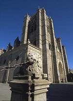 Catedral de Ávila  Su historia está indisolublemente unida a la de la ciudad, incluso su ábside, el llamado Cimorro, por el que asoma Alfonso VII, representando un hecho histórico, es motivo central del escudo de Ávila. Fue escenario de grandes acontecimientos: aquí se reunió la Junta Santa de los Comuneros antes de su levantamiento contra Carlos I.