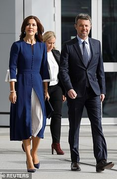Danish Crown Prince Frederik and Princess Mary pose as they arrive at the Grande Arche de la Defense building Bold Fashion, Royal Fashion, Womens Fashion, Queen's Sister, Queen Margrethe Ii, Danish Royal Family, Danish Royals, Queen Dress, Navy Midi Dress