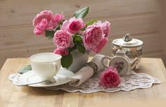 Teapot, cup and beautiful spring bouquet Royalty Free Stock Photography