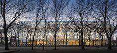 Diseñada por el estudio de Rotterdam Kaan Architecten, la nueva sede de la Corte Suprema de los Países Bajos se sitúa en el centro histórico de La Haya, en el eje que comienza en el parque Malieveld y llega hasta el Parlamento. El proyecto se hace...
