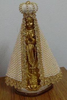 Linda imagem de Nossa.  Sra Aparecida  em dourado e pérolas