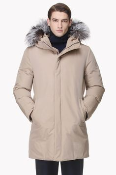 90% goose down, 10% feather filling goose down jumper. Front closing with zipper and snap button closure. Unexposed quilting line. Detachable fox fur detailed hood. 2 inside pockets. 2 pockets at each side of front.</br>187cm tall model wearing size 100.