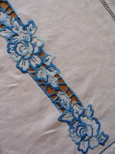 Border Embroidery Designs, Cutwork Embroidery, Hand Embroidery Flowers, Embroidery Suits Design, Hand Work Embroidery, Embroidery On Clothes, Machine Embroidery Patterns, Embroidery Fashion, Embroidery Stitches