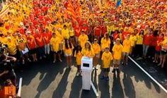 Clam per la independència amb una V gegantina - vilaweb.cat, 11.09.2014. Dues grans senyeres formades per centenars de milers de persones han omplert la Diagonal i la Gran Via de Barcelona i han confluït al vèrtex de la plaça de les Glòries a les 17.14. D'aquesta manera s'ha format una gran V per demanar la independència del país i demostrar la determinació de votar el 9 de novembre. Segons la guàrdia urbana, hi han participat un milió vuit-cents mil manifestants.
