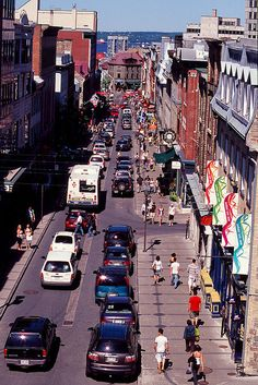 L'été, c'est une rue piétonnière et les restaurateurs l'utilisent pour leurs cafés terrasses.  Rue St-Jean, Québec,
