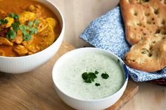 Naanbrød og hjemmelavet kold agurke-mynte sauce