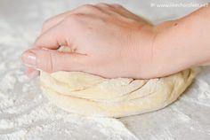 Kao i sve, tako i kulinarstvo ima svoje osnove. Da biste bili uspješniji u kuhanju, dobro je znati osnovne recepte za tijesta, kreme, umake… Jer je onda puno lakše improvizirati, igrati se i …