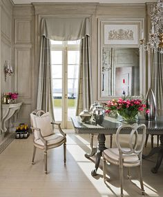 Neoclassical Dining Room | Mary Douglas Drysdale | Dering Hall Design Connect In partnership with Elle Decor, House Beautiful and Veranda.
