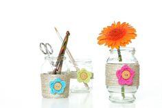 frascos decorados con lana, hilo y flores tejidas al crochet