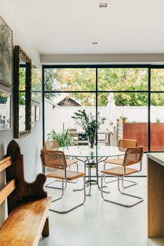 Sillas Cesca y mesa redonda de vidrio