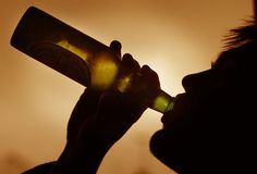 Já viu como a bebida pode afetar na aparência das pessoas? Nossa matéria conta como o álcool afeta na nossa aparência através de um projeto de um fotógrafo.